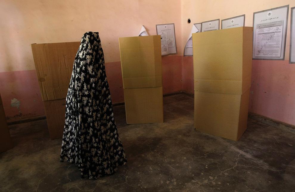 32. Женщина идет к кабинке для голосования на избирательном участке в Герате, Афганистан, 20 августа 2009 года. (BEHROUZ MEHRI/AFP/Getty Images)