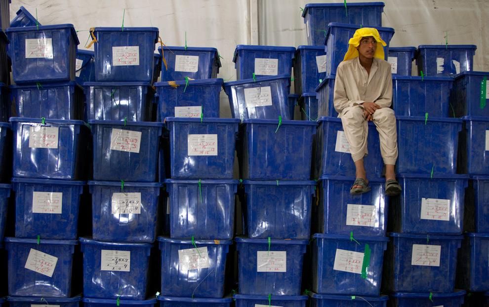 33. Рабочий отдыхает на ящиках для бюллетеней в центре Независимой Избирательной Комиссии 24 августа 2009 года в Кабуле, Афганистан. (Paula Bronstein/Getty Images)