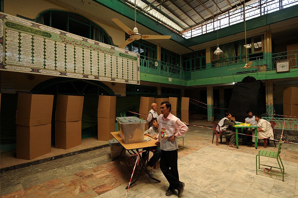 34. Работники избирательного участка в Кабуле в ожидании избирателей 20 августа 2009 года. В некоторых регионах число избирателей резко сократилось из-за угроз талибов. (SHAH MARAI/AFP/Getty Images)