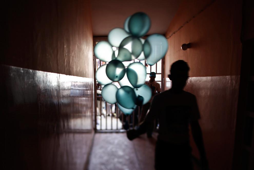 35. Сторонники кандидата в президенты Абдуллы Абдуллы несут шарики на дебаты на Национальном стадионе в Кабуле в понедельник 17 августа 2009 года. (AP Photo/Dima Gavrysh)