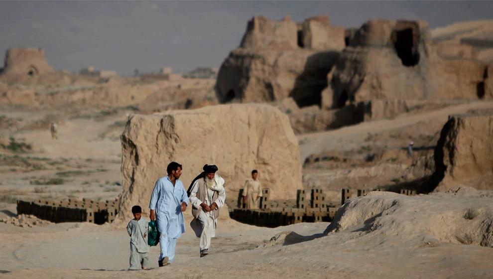 37. Афганцы идут мимо развалин кирпичных заводов на окраине Кабула 16 августа 2009 года. (REUTERS/Ahmad Masood (AFGHANISTAN SOCIETY)