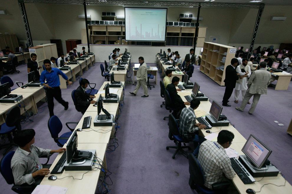39. Сотрудники избирательной комиссии подсчитывают голоса в Национальном Центре Независимой Избирательной Комиссии в Кабуле, Афганистан, в понедельник 24 августа 2009 года. (AP Photo/Musadeq Sadeq)