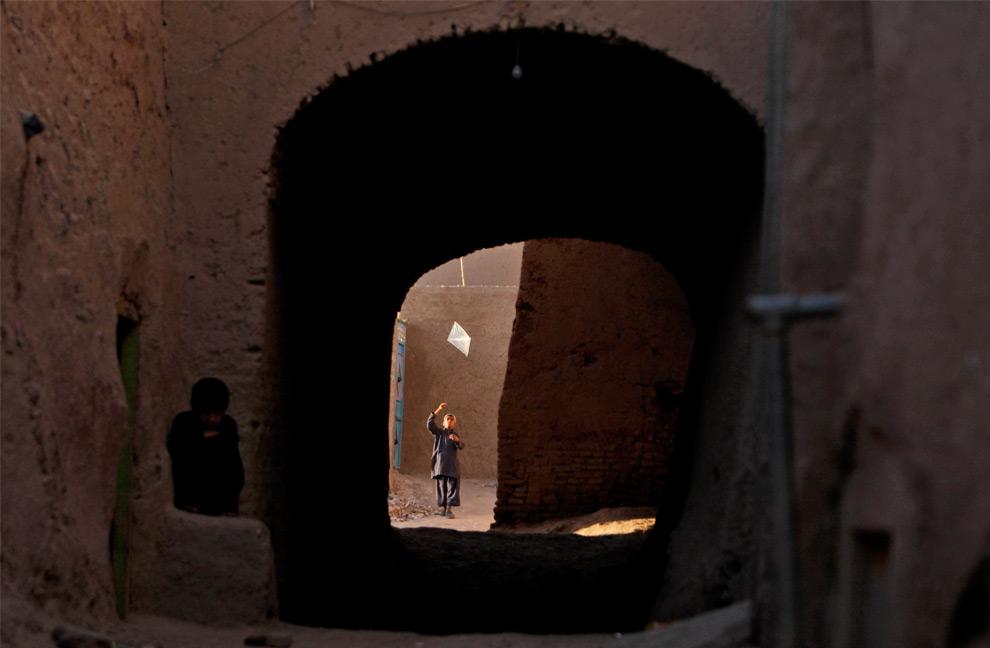 40. Мальчик запускает воздушного змея в старой части города Герат, в среду 19 августа 2009 года. 20 августа афганский народ пойдет на выборы нового президента. (AP Photo/Saurabh Das)