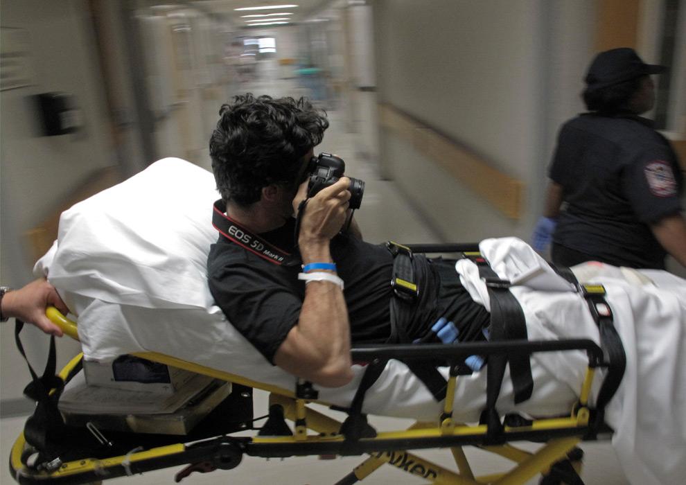 41. Фотографа агентства AP Эмилио Моренатти увозят на каталке из медицинского центра Мэриленд, чтобы перевезти в реабилитационный госпиталь в Балтиморе во вторник 25 августа 2009 года. В реабилитационном центре Балтимора Моренатти, чья левая нога была ампутирована после взрыва в Афганистане, поставят протез. (AP Photo/Enric Marti)