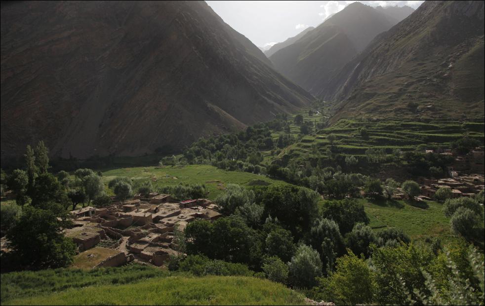 2. Утреннее солнце заливает деревню Сараб, расположенную в узкой речной долине примерно в 2,5 км над уровнем моря, в афганской провинции Бадахшан. В десятках горных селений этого отдаленного уголка Афганистана пристрастие к опиуму стало настолько сильным, что целые семьи – от младенцев до стариков – превратились в наркоманов. (AP/Julie Jacobson)
