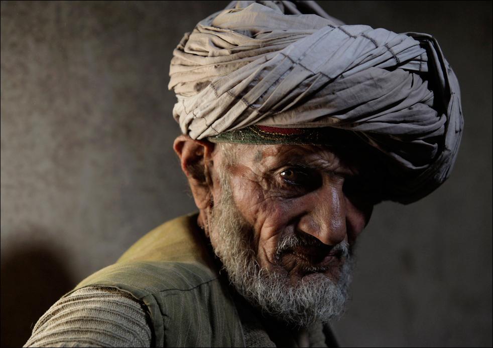 4. Житель деревни Сараб, опийный наркоман Ислам Бег говорит о своих условиях жизни, после утреннего курения опиума, Снимок сделан в провинции Бадахшан, 13 июля. (AP/Julie Jacobson)