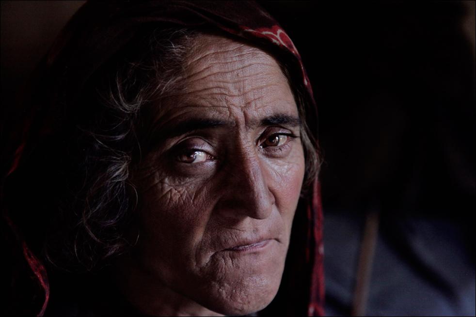 5. Жительница деревни Сараб, Ян Бегум делает перерыв между курением опиума у себя дома в афганской провинции Бадахшан. «Я курю опиум вот уже 18 лет», - говорит Бегум, которая послала своего 14-летнего сына работать на наркодиллеров, чтобы семья могла платить за наркотики. (AP/Julie Jacobson)