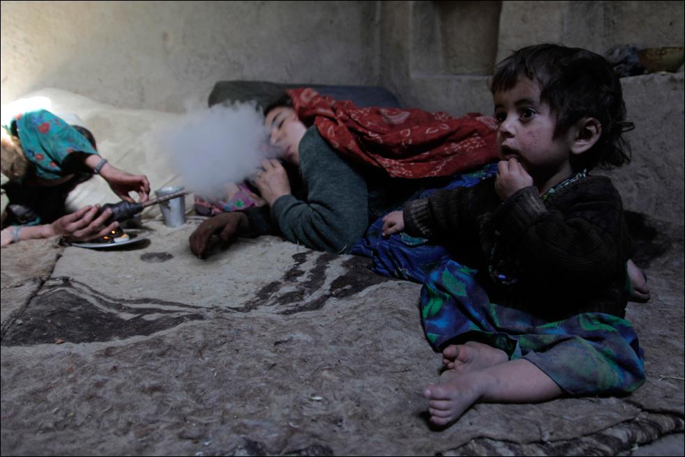 8. Женщины семьи Ислама Бега вместе курят опиум. Снимок сделан в деревне Сараб, провинция Бадахшан, Афганистан 13 июля. (AP/Julie Jacobson)