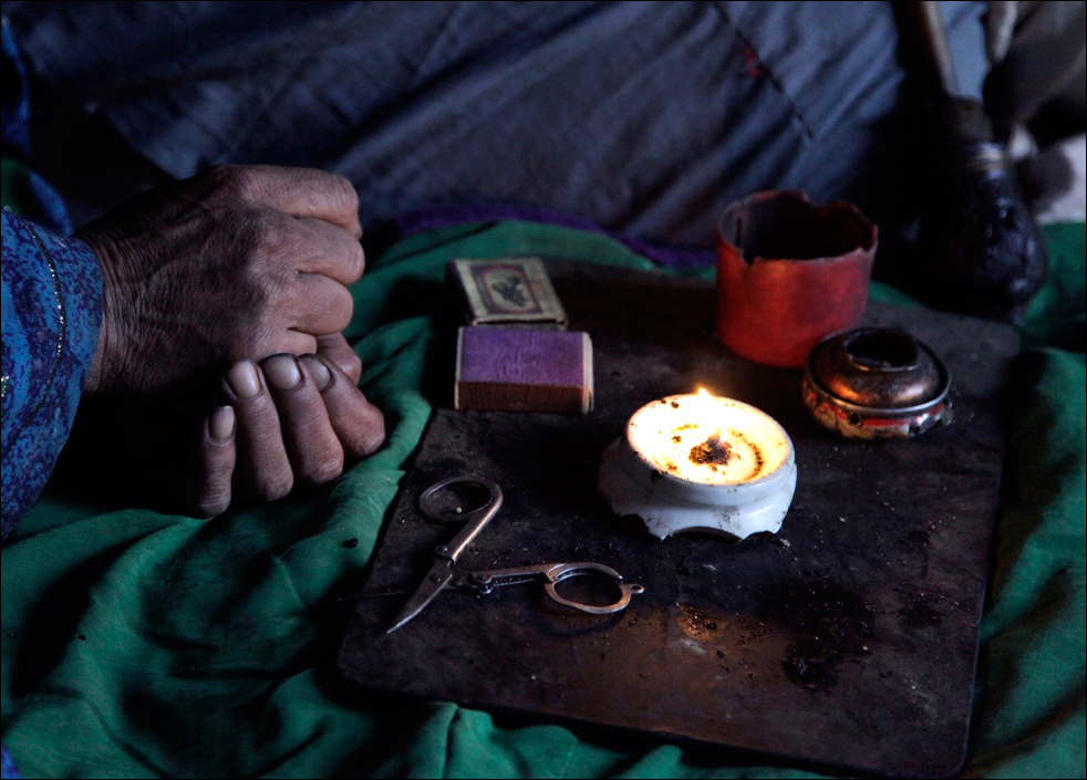 11. Немного сгоревшего опиума разбросано по металлическому подносу со свечкой и спичками, которые Ян Бегум из деревни Сараб использует для подогрева наркотика. (AP/Julie Jacobson)