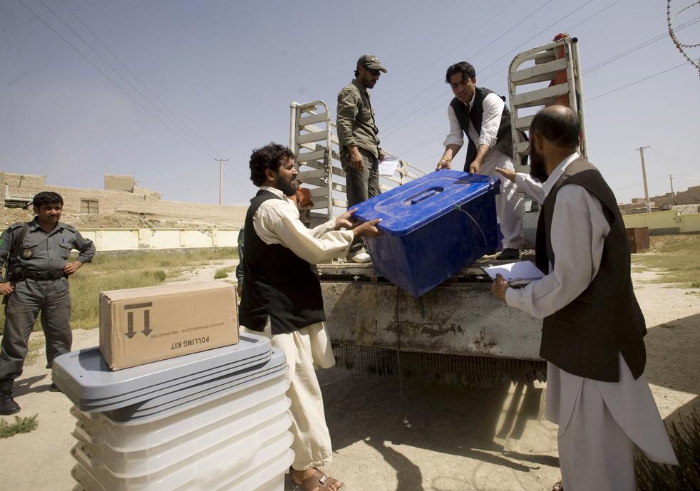 4) 4. Жители Афганистана разгружают все необходимое для выборов на избирательном участке в Кабуле, в понедельник, 17 августа. (AP/Farzana Wahidy)