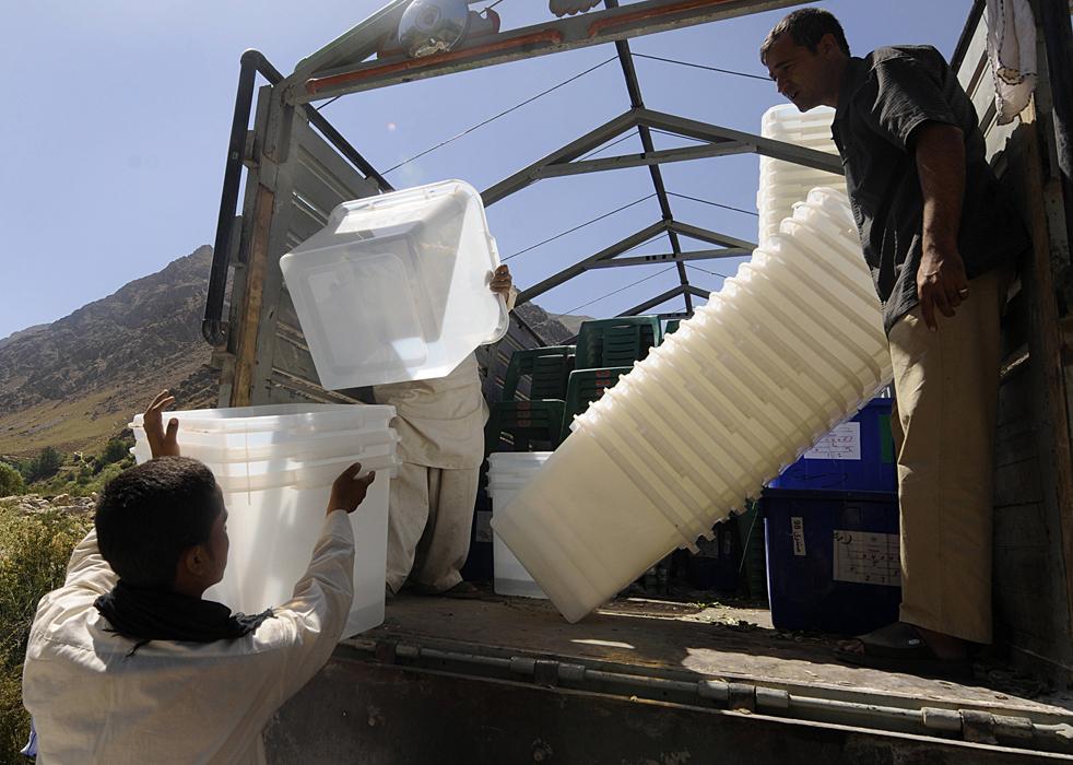 5) 5. Жители деревни разгружают все необходимое для выборов из грузовика в скалистых горах долины Панджшир 17 августа. (AFP/Getty Images/Shah Marai)