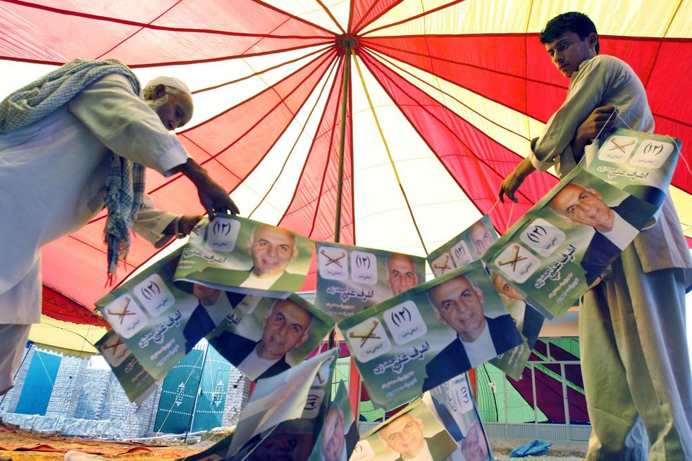 7) 7. Афганцы натягивают веревку с постерами кандидата в президенты и бывшего финансового министра Ашрафа Гани Ахмадзай в палатке во время предвыборной кампании в Джалалабаде, провинция Нангархар к востоку от Кабула, в понедельник, 17 августа. (AP/Rahmat Gul)