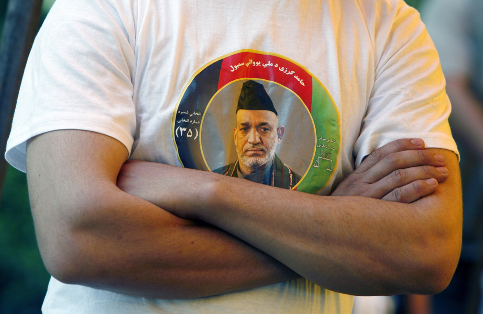 8) 8. Молодой афганец в футболке с фотографией действующего президента Афганистана Хамида Карзай, который, скорее всего, будет выбран на второй пятилетний срок в предстоящих выборах, так как на пресс-конференции Мохаммад Хаким Турсун, Ясин Сафи и Мохаммад Нассир Анесс объявили о своей отставке и поддержке Казая в Кабуле, в понедельник, 17 августа. (AP/Musadeq Sadeq)