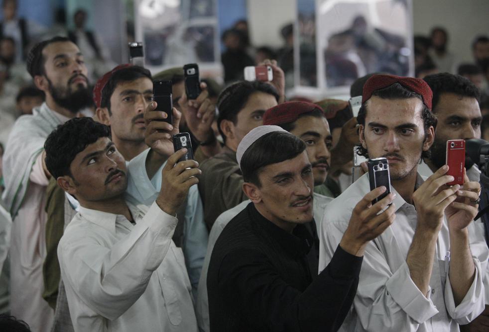 10) 10. Афганцы фотографируют на мобильные телефоны кандидата в президенты и бывшего финансового министра Ашрафа Гани Ахмадзая во время его предвыборной кампании в Кандагаре, 15 августа. (AP/David Guttenfelder)