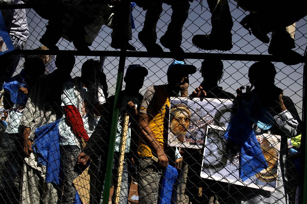 13) 13. Сторонники кандидата в президенты Афганистана Абдуллы Абдуллы собрались, чтобы послушать его речь на стадионе в Кабуле, в понедельник, 17 августа. (AP/David Guttenfelder)