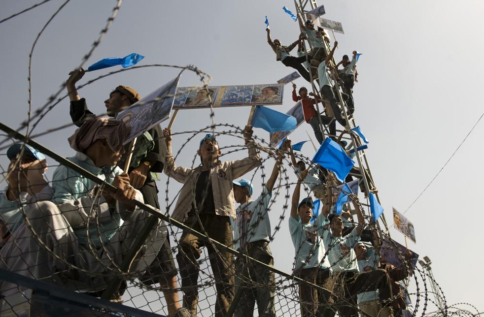 14) 14. Сторонники кандидата в президенты Абдуллы Абдуллы приехали на избирательный митинг в Кабул 17 августа во время последнего дня избирательной кампании, омраченного угрозами организации «Талибан». (AFP/Getty Images/Pedro Ugarte)