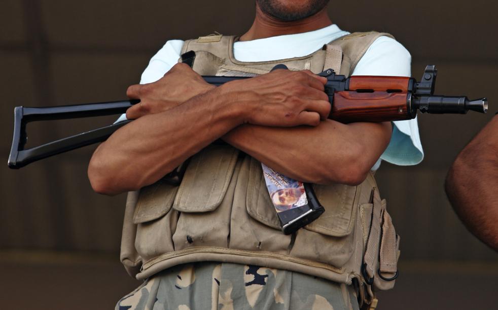 16) 16. Офицер службы безопасности стоит на страже во время избирательного митинга с участием кандидата в президенты Абдуллы Абдуллы на Национальном стадионе Кабула в понедельник, 17 августа. (AP/Dima Gavrysh)