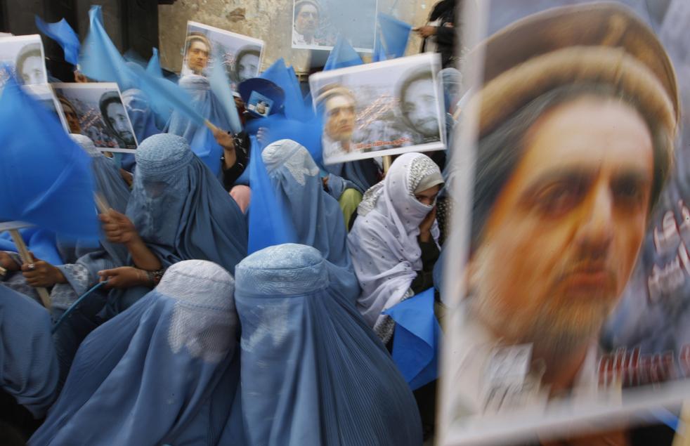 17) 17. Сторонники кандидата в президенты Абдуллы Абдуллы, чью фотографию можно увидеть на плакатах справа, во время избирательного митинга в Кабуле, в понедельник, 17 августа. (AP/Saurabh Das)