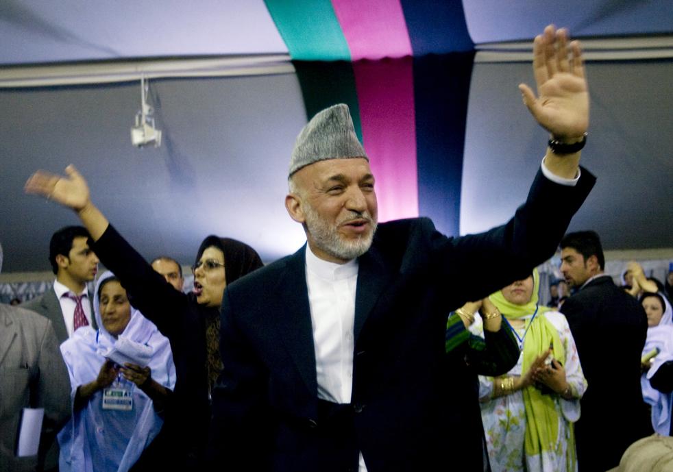 19) 19. Кандидат на пост президента и нынешний президент Афганистана, Хамид Карзай машет своим сторонницам, прибыв на избирательный митинг в Кабуле, в четверг 13 августа. (AP/Farzana Wahidy)