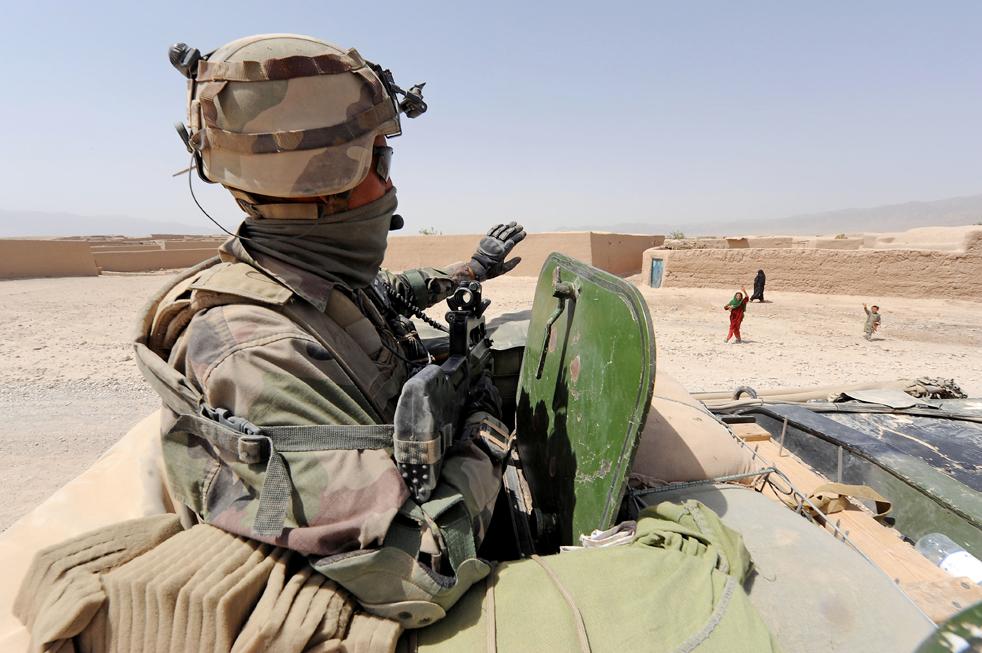 26) 26. Французский солдат машет гражданам Афганистана с патрульного транспорта во время проверки района, который станет избирательным участком в Дех-Равод в южной афганской провинции Урузган 17 августа. (AFP/Getty Images/Pascal Guyot)