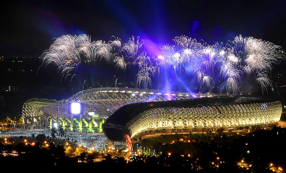 1) Салют над стадионом Мэйн во время церемонии открытия Всемирных игр 2009 в г. Гаосюн, Тайвань, 16 июля.  (REUTERS/Stringer)