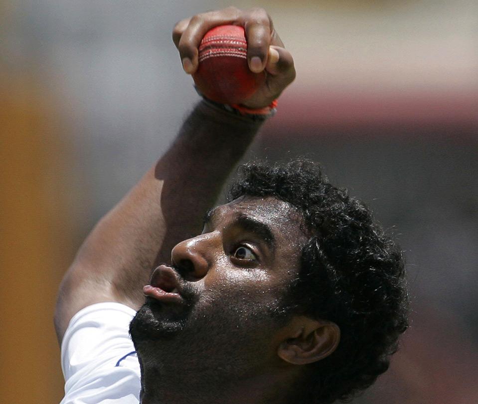 33) Игрок сборной Шри-Ланки Muttiah Muralitharan бросает мяч на тренировке перед первым отборочным матчем по крикету между командами Шри-Ланки и Новой Зеландии, Галле, Шри-Ланка, 17 августа. (AP Photo/Eranga Jayawardena)