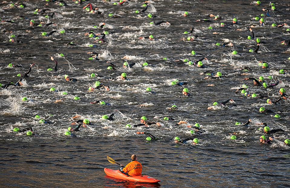 30) Один из судей наблюдает за началом водного этапа Лондонского Триатлона, 2 августа. (BEN STANSALL/AFP/Getty Images)