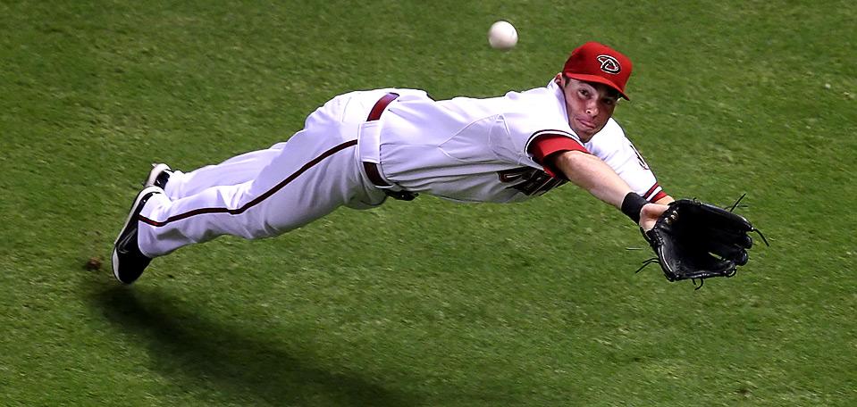 32) В падении игрок команды «Arizona Diamondbacks» Трент Олджен пытается достать мяч после удара Джеффа Франкера из «New York Mets» в первом иннинге бейсбольного матча MLB, 12 августа, Феникс. (Christian Petersen/Getty Images)