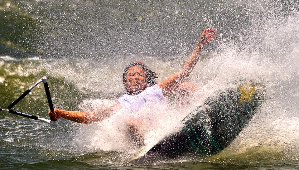 17) Японка Асаи Мику в соревновании по женскому катанию на доске за катером на Всемирных играх в г. Гаосюн 22 июля.  (SAM YEH/AFP/Getty Images)