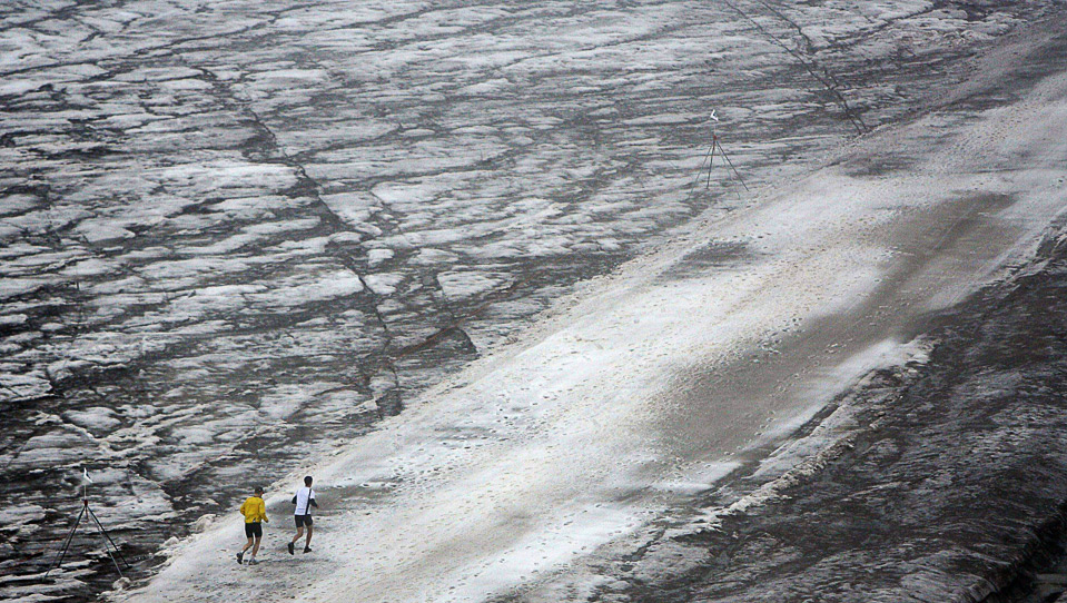 24) Участники забега на 3000 м. на леднике Tsanfleuron, Гштаад, Швейцария, 8 августа. (AP Photo/Keystone, Peter Klaunzer)