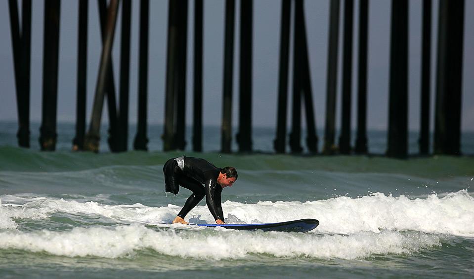 15) Параолимпиец Марк Барр ловит волну 14 августа. Барр выступал в команде США по плаванию во время Параолимпийских игр 2008 года в Китае. (Ezra Shaw/Getty Images)