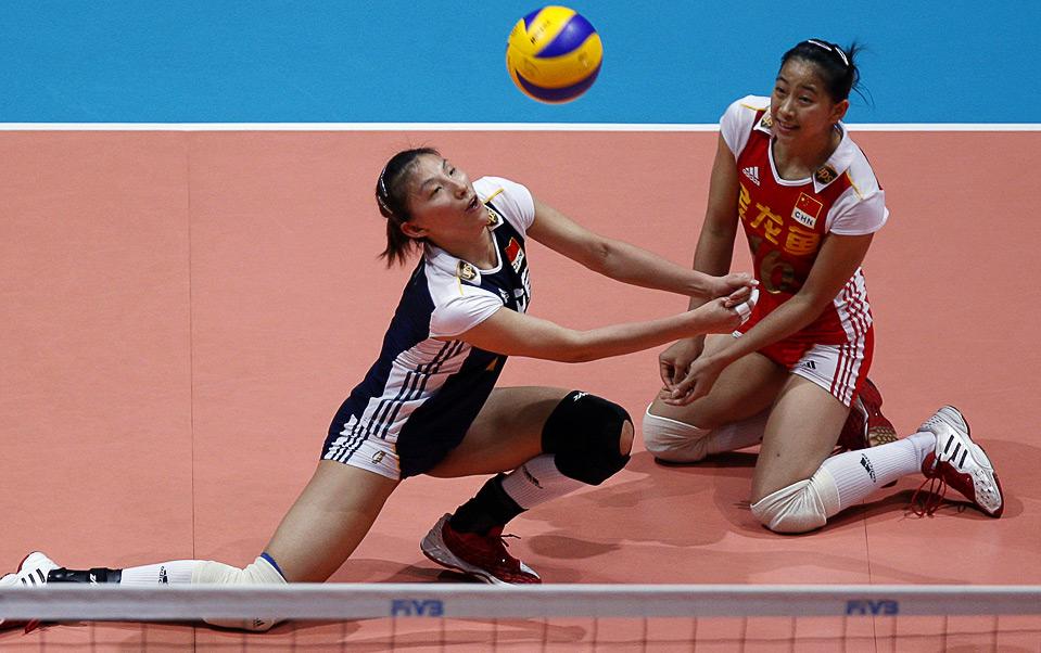 31) Китаянки Ли Юань и Кван Ванг (справа) в падении достают мяч во время игры со сборной Голландии на Мировом Гран-при FIVB по волейболу, Гонк-Конг, 16 августа. (REUTERS/Tyrone Siu)