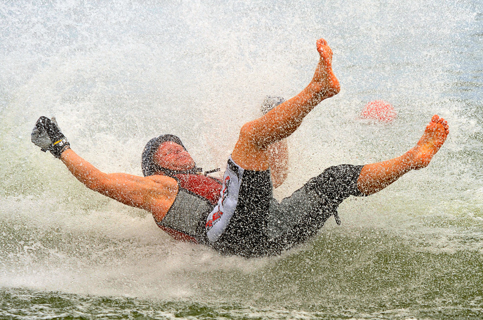 16) Адин Данекер из США падает с доски во время соревнований по мужскому катанию на водных лыжах босиком на Всемирных играх в г. Гаосюн 23 июля.  (SAM YEH/AFP/Getty Images)