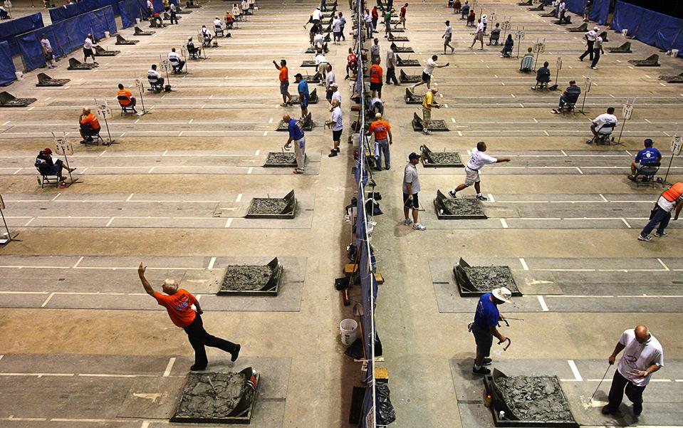23) Участники ежегодного Чемпионата по бросанию подковы заполнили конференц-центр «Prairie Capital» в Спрингфилде, штат Иллинойс, 27 июля. (AP Photo/The State Journal-Register/T.J. Salsman)