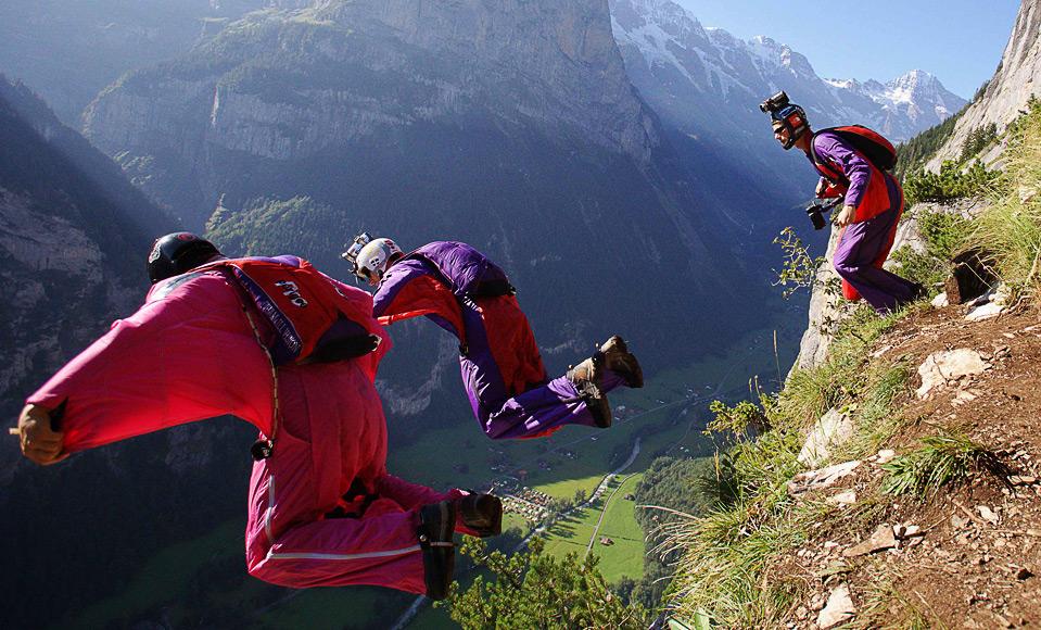 30) Прыжок бейсджамперов с одного из альпийских склонов в долине Лаутербруннен, Швейцария, 13 августа. (REUTERS/Pascal Lauener)