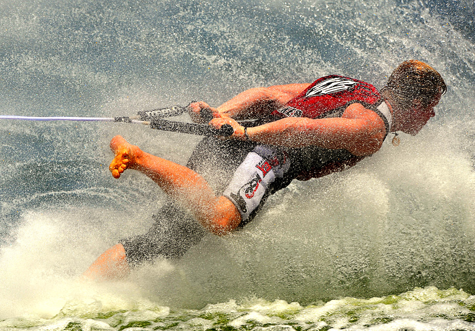 15) Британец Николас Дэвис на соревнованиях среди мужчин по катанию на водных лыжах босиком на Всемирных играх в г. Гаосюн 22 июля.  (SAM YEH/AFP/Getty Images)