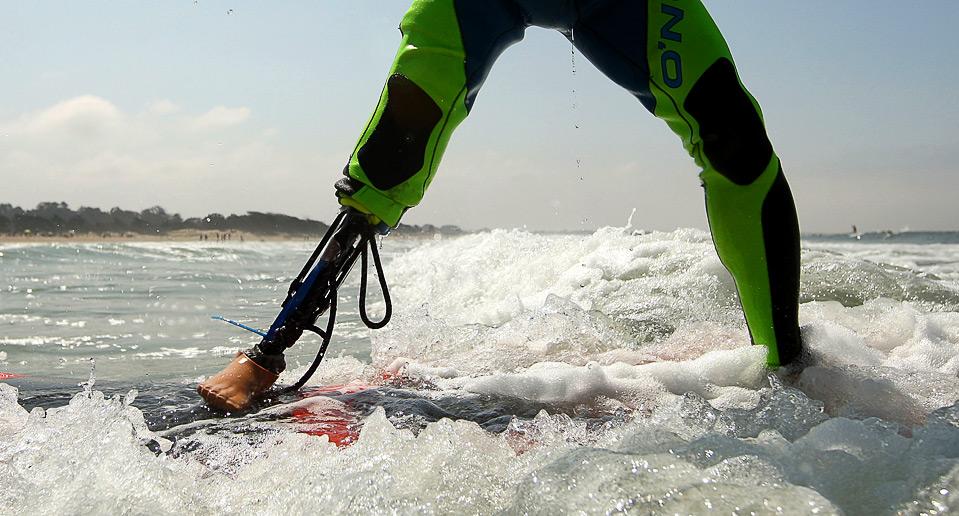 13) Бывший военнослужащий Карл Дорман из Вашингтона, округ Колумбия, плывет по волнам 15 августа. (Ezra Shaw/Getty Images)