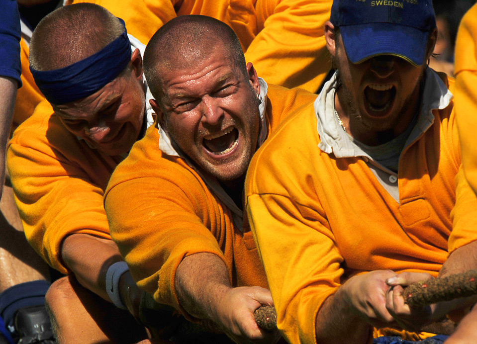 14) Шведская команда  соревнуется с командой из Великобритании во время соревнований по перетягиванию каната  для команды общим весом не более 640 кг на Всемирных играх в г. Гаосюн 19 июля.  (SAM YEH/AFP/Getty Images)