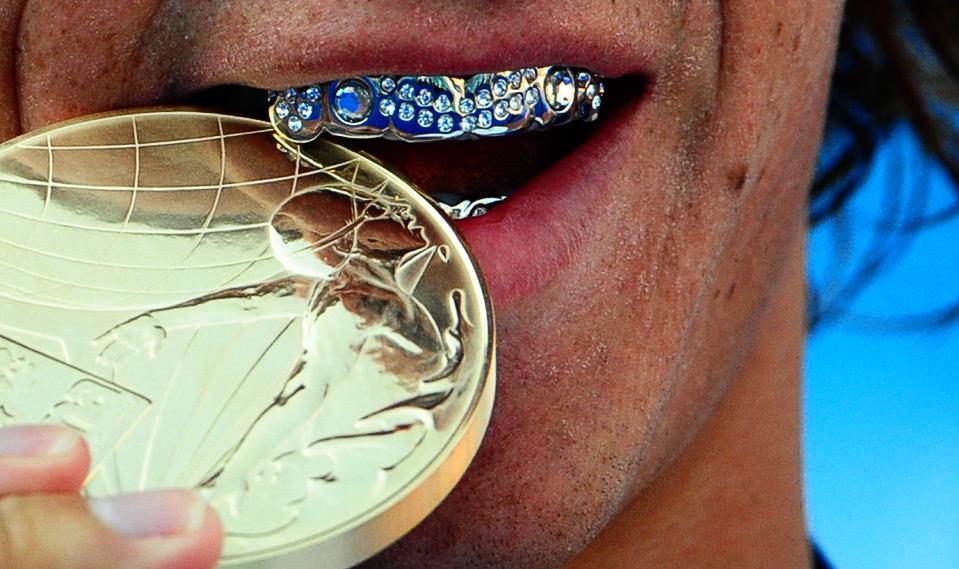 25) Американский пловец Райан Лохте празднует свою победу на дистанции 200 м. у мужчин на Чемпионате Мира FINA в Риме 30 июля. (MARTIN BUREAU/AFP/Getty Images)