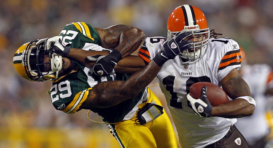 29) Джош Крибс, игрок «Cleveland Browns» (справа), пытается противостоять атаке Энтони Смита из «Green Bay Packers» и сохранить мяч во время игры NFL в американский футбол, 15 августа, Грин Бэй. (AP Photo/Jim Prisching)