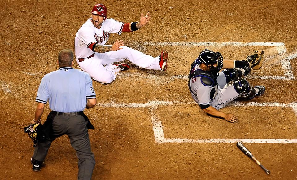 28) Райан Робертс (вверху) из «Arizona Diamondbacks» спорит с судьей после осаливания Омиром Сантосом, игроком «New York Mets», во время бейсбольного матча MLB , 12 августа, Феникс. (Christian Petersen/Getty Images)