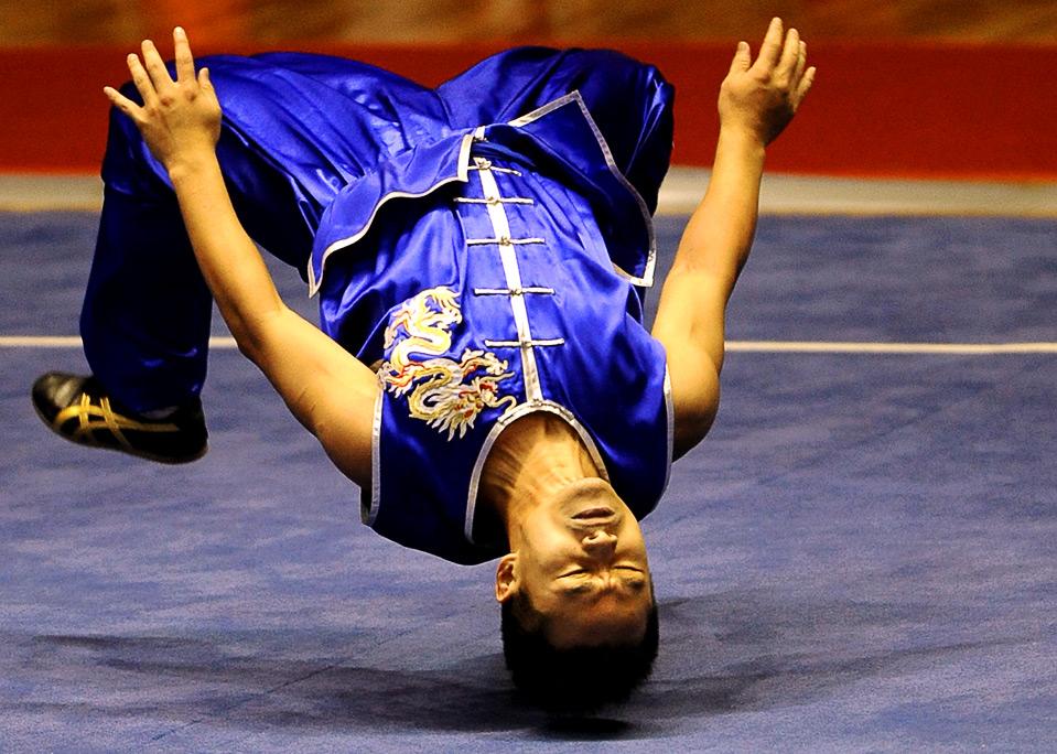 11) Бин Вэй-чуа из Тайваня на соревнованиях по ушу на Всемирных играх в г. Гаосюн 24 июля.  (SAM YEH/AFP/Getty Images)
