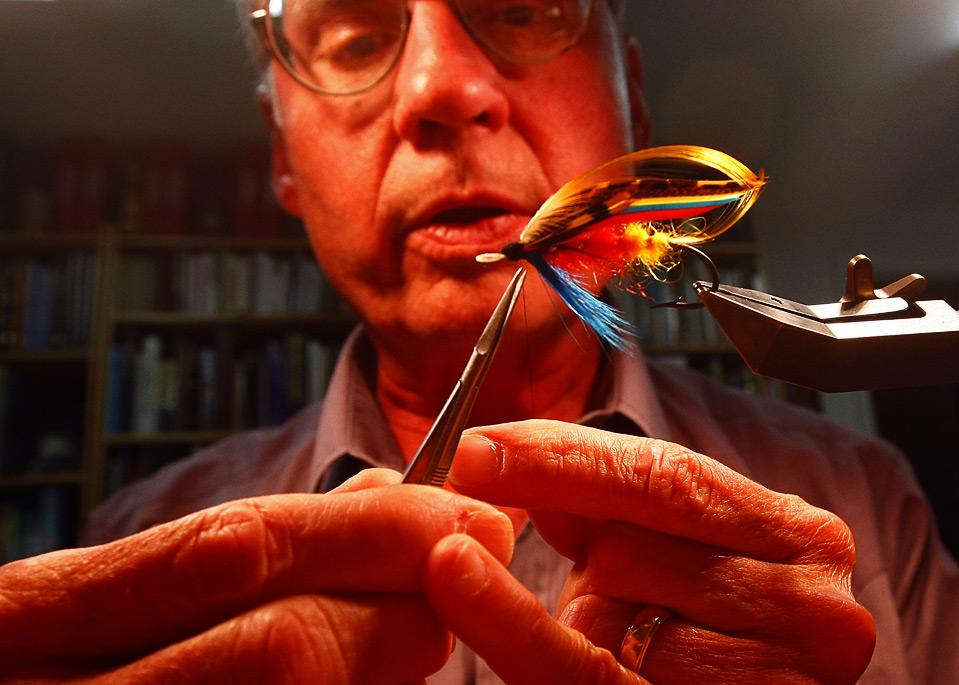 18) Марвин Нолте в своей мастерской в Бар Нунн, Вайоминг. Нолте знаменит по всему миру своим умением завязывать искусственную мушку для ловли рыбы. (AP Photo/Matt Young)