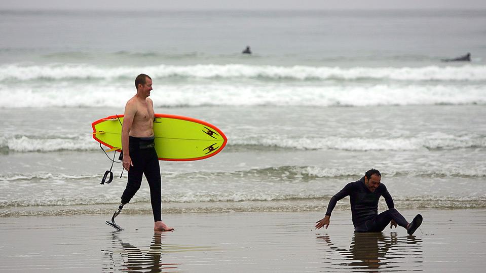 9) Тимоти Нортон (слева) и Марио Родригес выходят из воды после серфинга 16 августа. (Ezra Shaw/Getty Images)