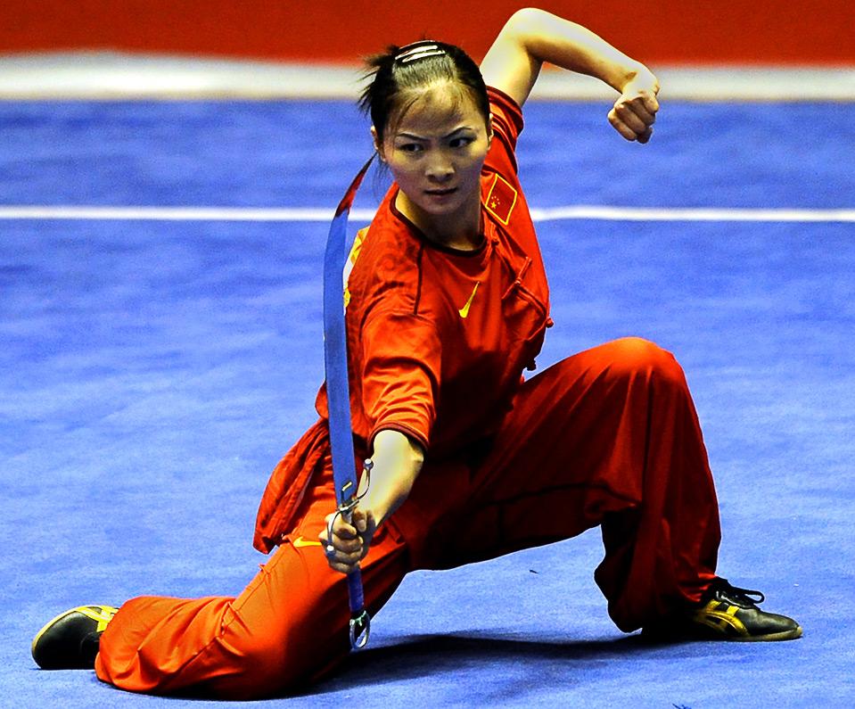 10) Китаянка Лин Фан во время выступления по ушу на Всемирных играх в г. Гаосюн 24 июля.  (SAM YEH/AFP/Getty Images)