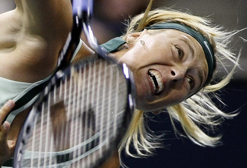 17) Мария Шарапова в матче против Урсулы Радваньски на женском теннисном Чемпионате LA, Карсон, Калифорния, 7 августа. (REUTERS/Danny Moloshok)
