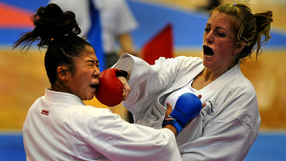 9) Американка Курита Эими (слева) борется с Глин Тамарой из Новой Зеландии во время поединка по карате на Всемирных играх в г. Гаосюн 25 июля.  (SAM YEH/AFP/Getty Images)