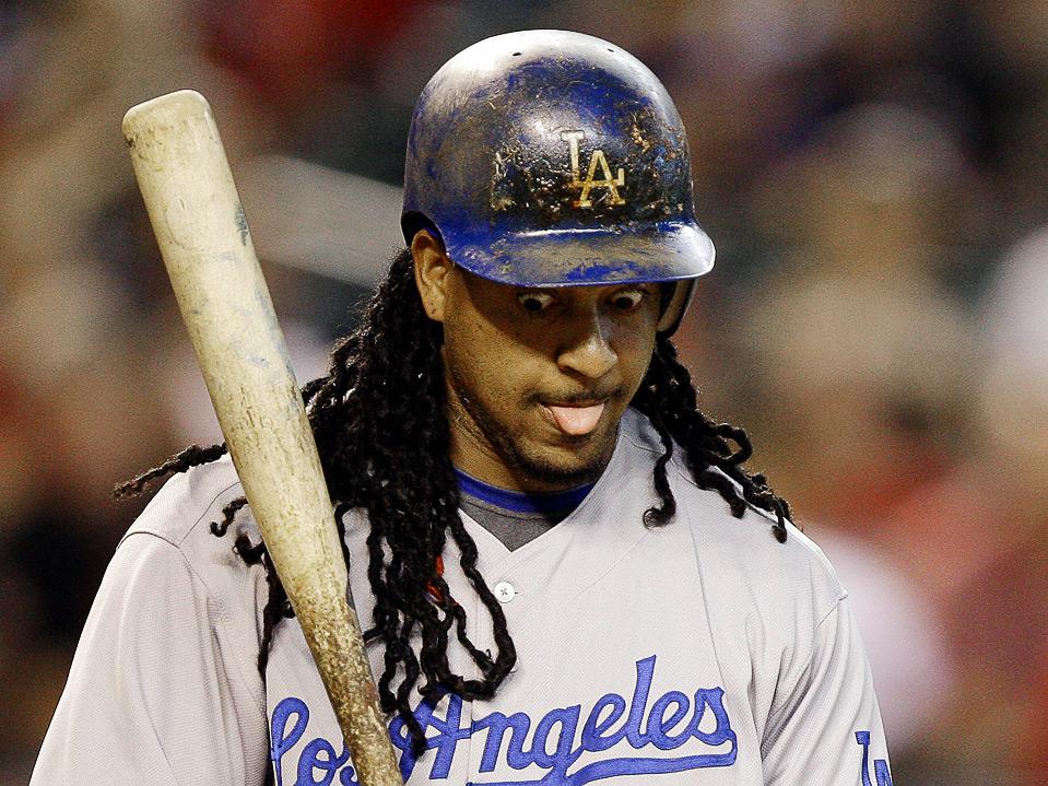 24) Реакция игрока «Los Angeles Dodgers» Мэнни Рамиреса после страйк-аута в первом иннинге бейсбольного матча MLB против команды «Arizona Diamondbacks», 15 августа, Феникс. (AP Photo/Ross D. Franklin)