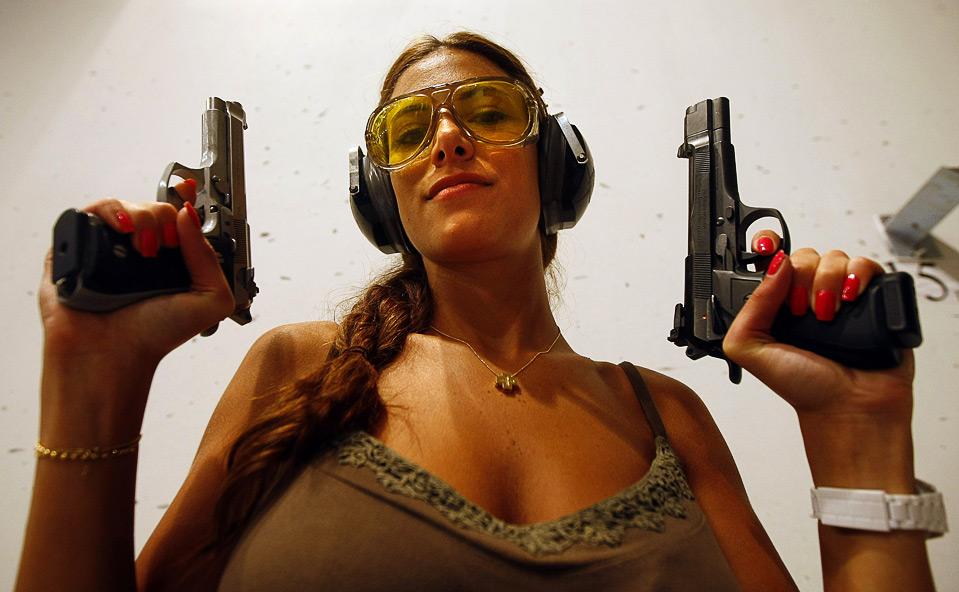 18) Чемпионка «Magnum Shooting Club 2008» 25-летняя Сайдех Хаджар позирует перед фотографом в стрелковом клубе ливанского города Хадат, на востоке от Бейрута, 29 июля. (JOSEPH BARRAK/AFP/Getty Images)