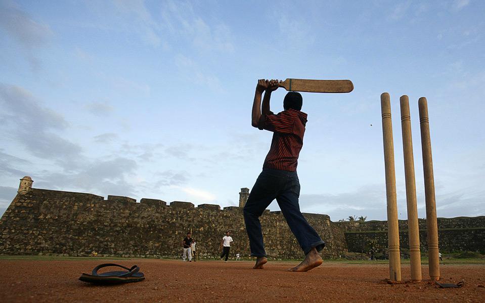 22) Люди играют в крикет перед стенами 16-векового немецкого форта, Шри-Ланка, 17 августа. (REUTERS/Vivek Prakash)